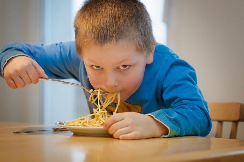 Decizie CNA: Copiii cu vârste între 3 și 5 ani nu vor mai avea voie să apară în reclamele la alimente