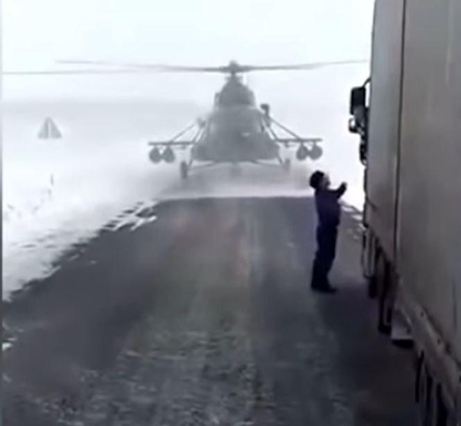 Caz inedit: Un pilot a aterizat cu elicopterul pe șosea, pentru că se rătăcise - VIDEO