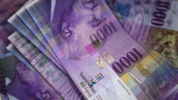 Decizie importantă pentru românii cu credite în franci. O instanță a decis echilibrarea cursului valutar