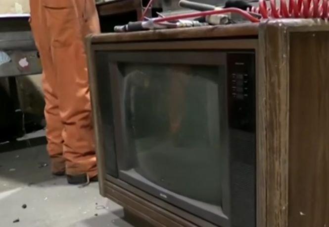 A vrut să arunce un televizor vechi, dar a găsit în interior o sumă uriașă de bani! Ce a urmat