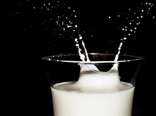 Atenție la lactate! Românii cumpără din magazine lapte proaspăt îndoit cu lapte praf