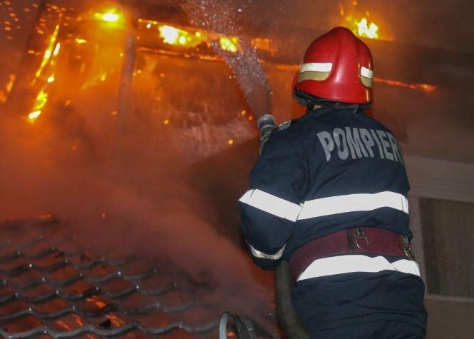 Incendiu uriaș la o fabrică de mezeluri din Bacău. Pompierii intervin cu 17 autospeciale