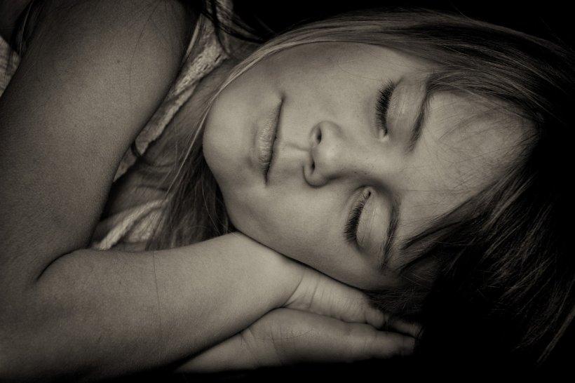 De ce este bine să dormim pe partea stângă? Iată motivele