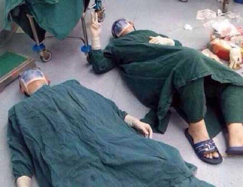 Doi chirurgi s-au întins pe podea, în sala de operație. Povestea uluitoare din spatele imaginii. De ce au făcut asta