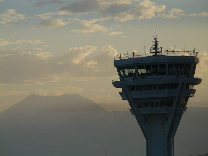 Un controlor de trafic aerian a adormit în timpul serviciului. Ce a urmat e coșmarul oricărui pilot