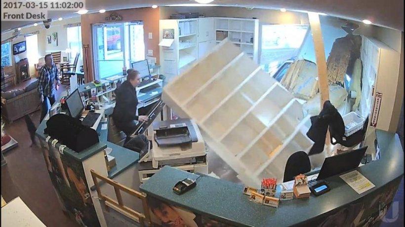 Erau la birou, când mobila început să cadă peste ei - Imagini terifiante!