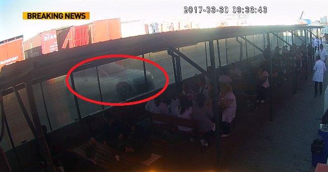 Primele imagini ale accidentului din Argeș în care mai mulți muncitori au fost spulberați de o mașină scăpată de sub control