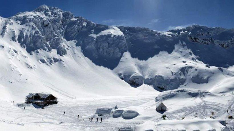 S-au anunțat ninsori la Bâlea Lac. Turiștii continuă să se cazeze la singurul hotel de gheaţă din România