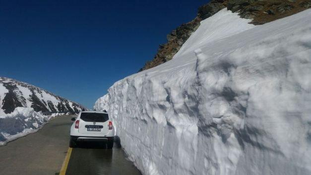 Imagini de senzaţie pe Transalpina în aprilie. A nins masiv, iar zăpada ajunge şi la patru metri înălţime