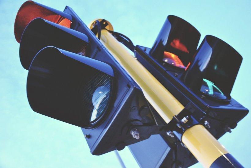 Mai multe intersecţii periculoase din Bucureşti vor fi dotate cu semafoare şi monitorizate