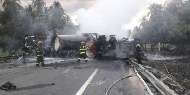 Zeci de morţi într-un accident violent de circulaţie. O cisternă a explodat - VIDEO