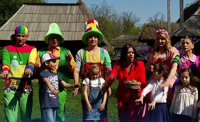 PAȘTE 2017. Gașca Zurli a provocat mai mulți copii la un concurs de vânat ouă colorate