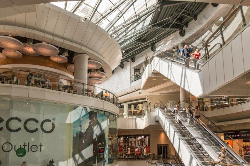 Momente de panică într-un mall din Capitală! Mai mulți oameni au rămas blocați într-un lift