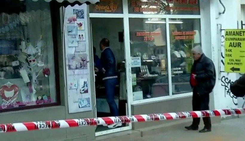 Jaf în centrul Capitalei! Două persoane mascate au furat bijuterii dintr-o casă de amanet. Imagini de la fața locului