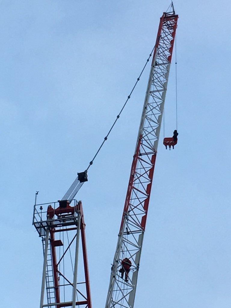 A rămas suspendată la o înălțime de 30 de metri. Operațiune de salvare dificilă
