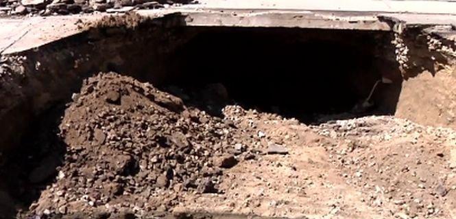 O groapă imensă a apărut, peste noapte, în centrul Brăilei - VIDEO