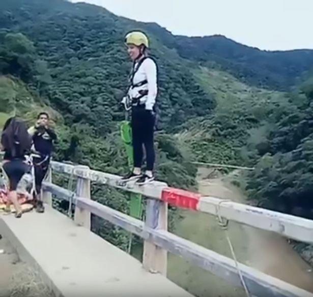 S-a aruncat de pe un pod, ca să facă bungee-jumping, însă ceva înfiorător s-a întâmplat în timpul saltului. Imagini de infarct!