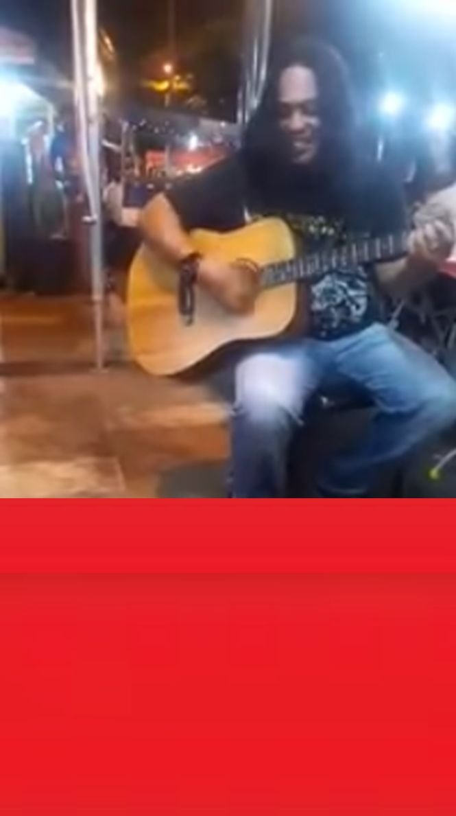 Un muzician stradal se hotărâse să renunțe la această ocupație. Când a văzut cine îl ascultă, s-a emoționat - VIDEO