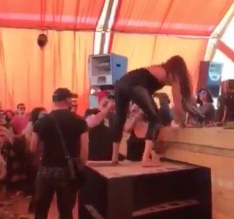 S-a îmbătat de 1 Mai la mare și a făcut circ într-un club din Mamaia! Ce a urmat după ce tânăra s-a urcat cu picioarele pe pupitrul DJ-ului