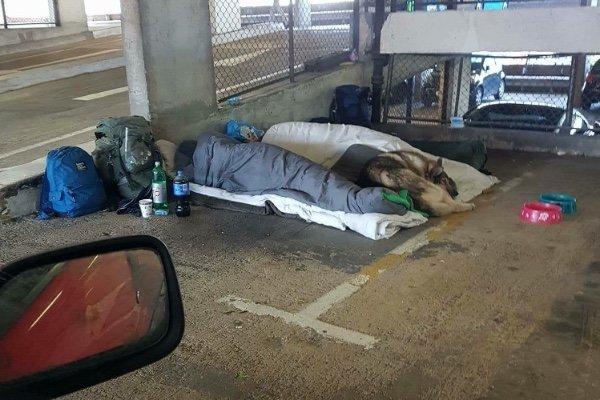 A văzut un om fără adăpost pe stradă, i-a făcut o poză și și-a bătut joc de el. Ce s-a întâmplat după câteva ore