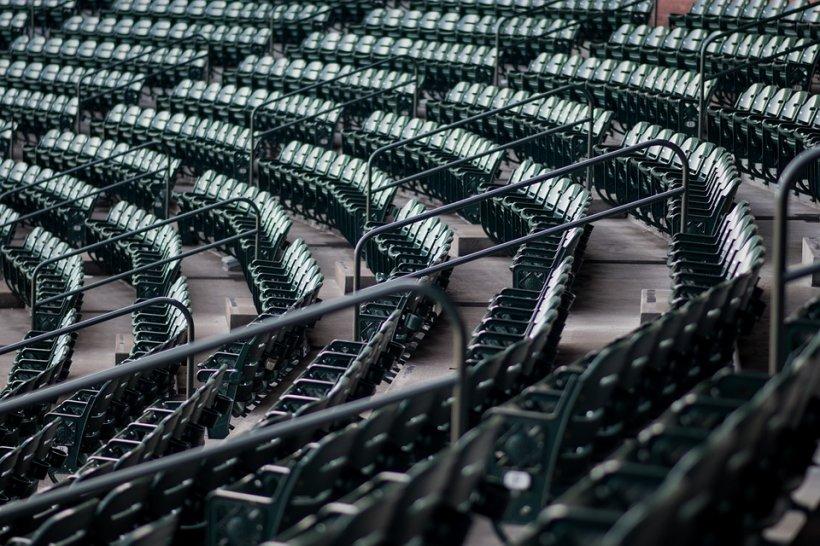 Un bărbat a fost găsit spânzurat în tribunele unui stadion. Parchetul a deschis dosar penal