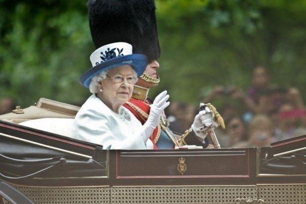 Regina Elisabeta, surprinsă la volanul unui Jaguar