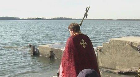 Un preot a incercat sa mearga pe apa ca Iisus, dar...! Credinciosii au asistat la scene groaznice