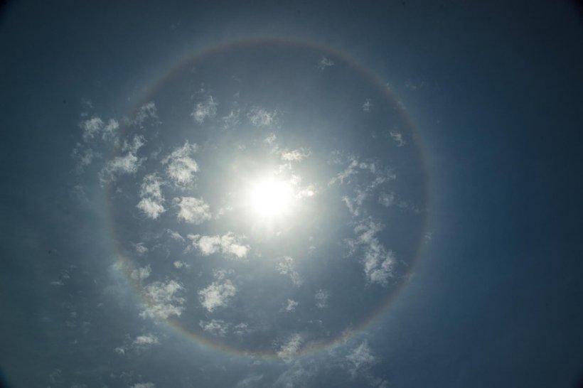 Fenomen rar deasupra Iaşiului. Ce au văzut cei care au ridicat privirea spre soare la miezul zilei - FOTO