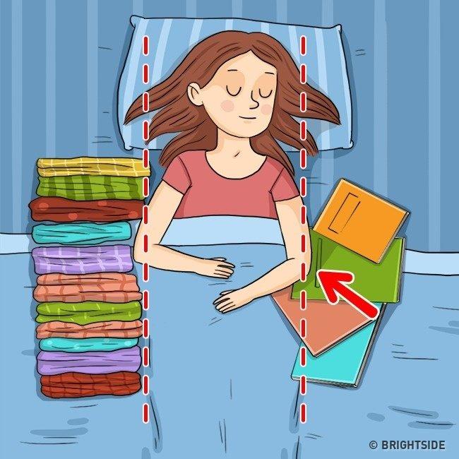 Genial! De ce trebuie sa dormi cu multe obiecte langa tine! Sigur nu stiai trucul asta!