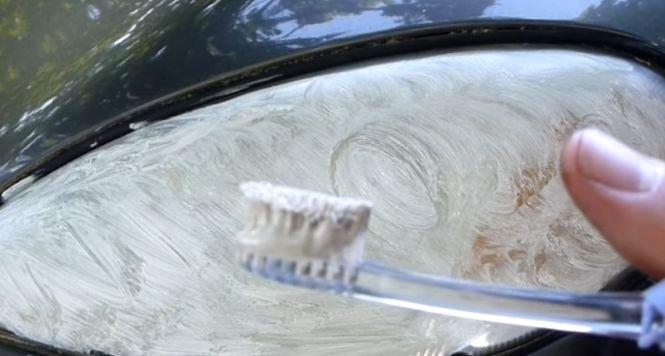 Trucul pe care trebuie să-l ştie toţi şoferii. Ce se întâmplă dacă pui pastă de dinţi pe faruri - VIDEO