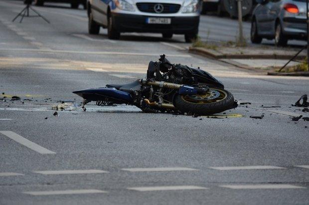 Accident surprins de o cameră de supraveghere! Un motociclist și iubita sa, spulberați de mașina Primăriei - VIDEO