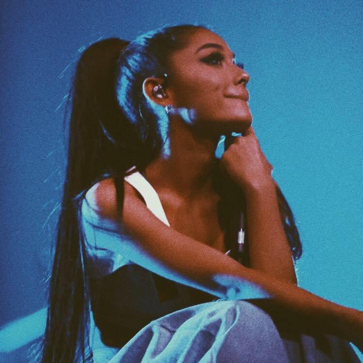 """""""Este într-o stare de isterie, nu mai poate cânta!"""" Ariana Grande şi-a suspendat întregul turneu european, după atacul terorist din Manchester"""