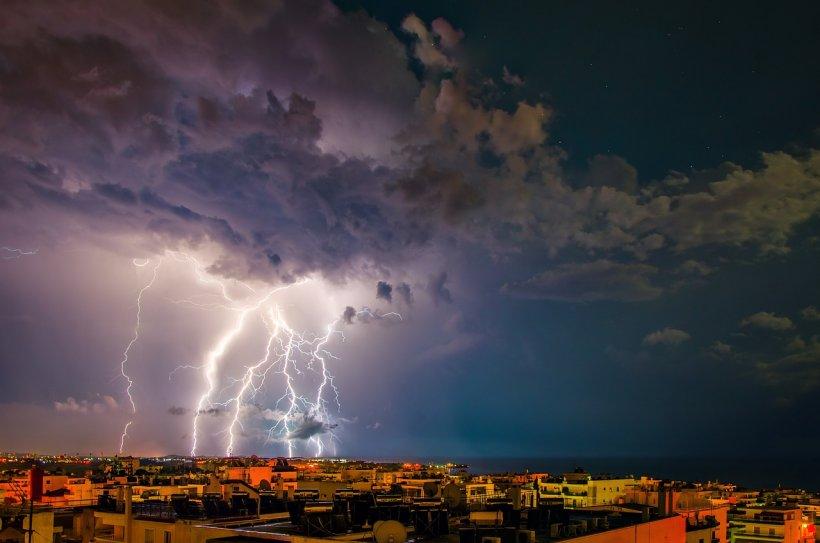 Fenomene meteo extreme în orele următoare. Care sunt zonele vizate