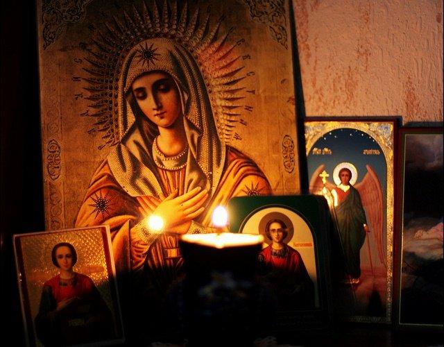 Ce a pățit un bărbat care și-a aprins țigara de la candela unei icoane cu Maica Domnului