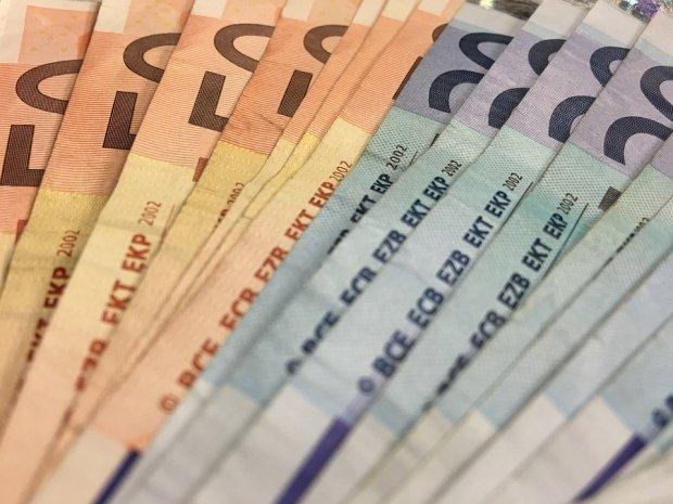 Comisia Europeană vrea să stimuleze state ale UE să adopte moneda euro