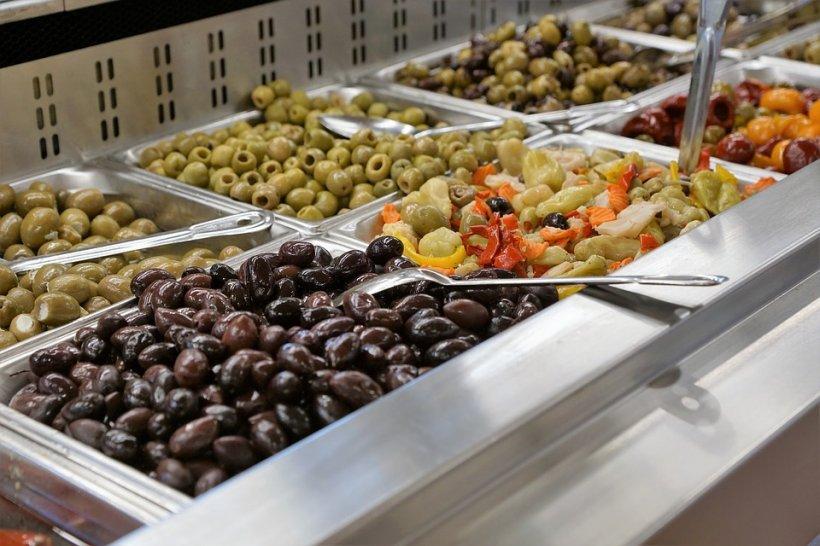 Măsline cu strat gros de mucegai, la vânzare în supermarket