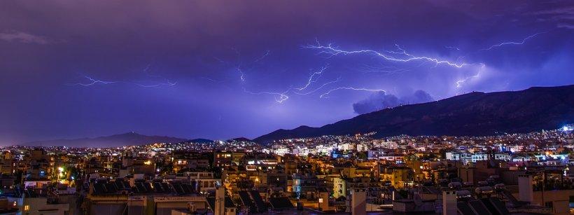 Avertizare de la meteo. Ploi torențiale şi vânt puternic în toată ţara