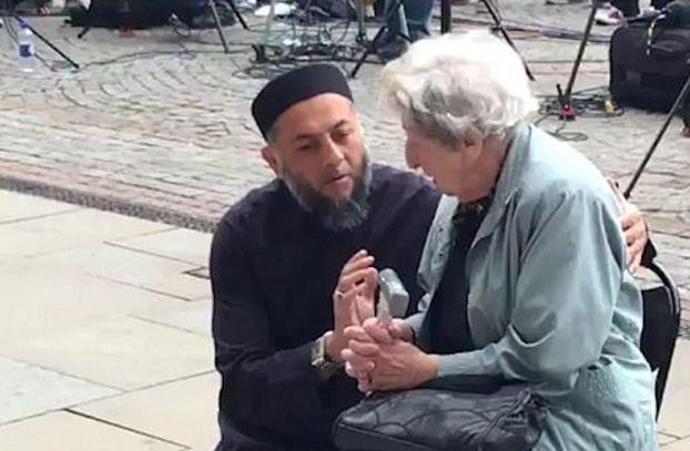 """""""Trecem prin asta împreună."""" Imaginile care au făcut înconjurul internetului, după masacrul din Manchester - VIDEO"""