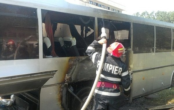 Un autobuz cu pasageri a luat foc în timpul mersului