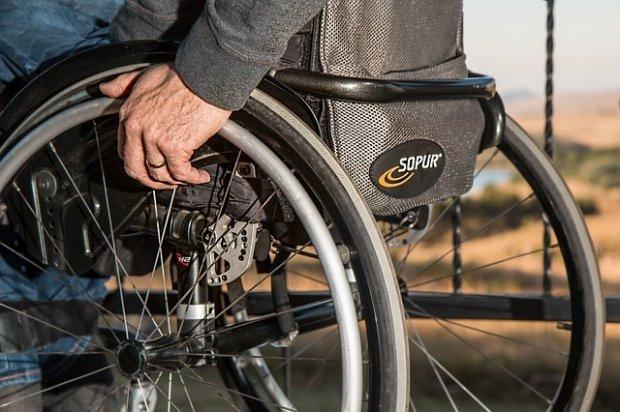 Un bărbat aflat în scaun cu rotile a fost tâlhărit în fața blocului în care locuiește