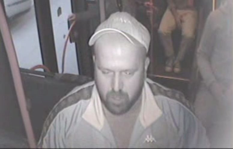 Dacă îl vedeți pe acest bărbat, sunați imediat la Poliție! Ce i-a făcut unui adolescent de 16 ani, într-un autobuz - FOTO