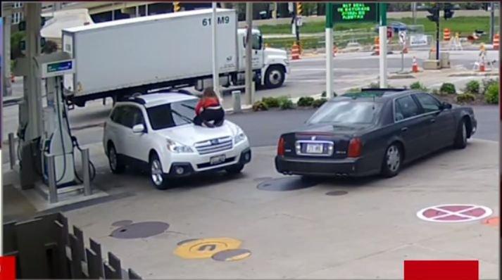 O femeie a reușit să oprească un hoț să îi fure mașina. Gestul pe care l-a făcut aceasta a uimit internetul - VIDEO