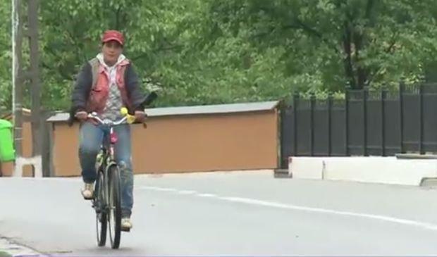 O biciclistă aflată la limita sărăciei a fost amendată cu peste 1.000 de lei. Un avocat denunță abuzul