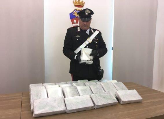 O româncă din Italia a fost prinsă cu 32 de kilograme de cocaină