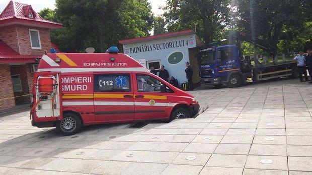 Imagini rare. O ambulanță a rămas blocată în Orășelul Copiilor din sectorul 4