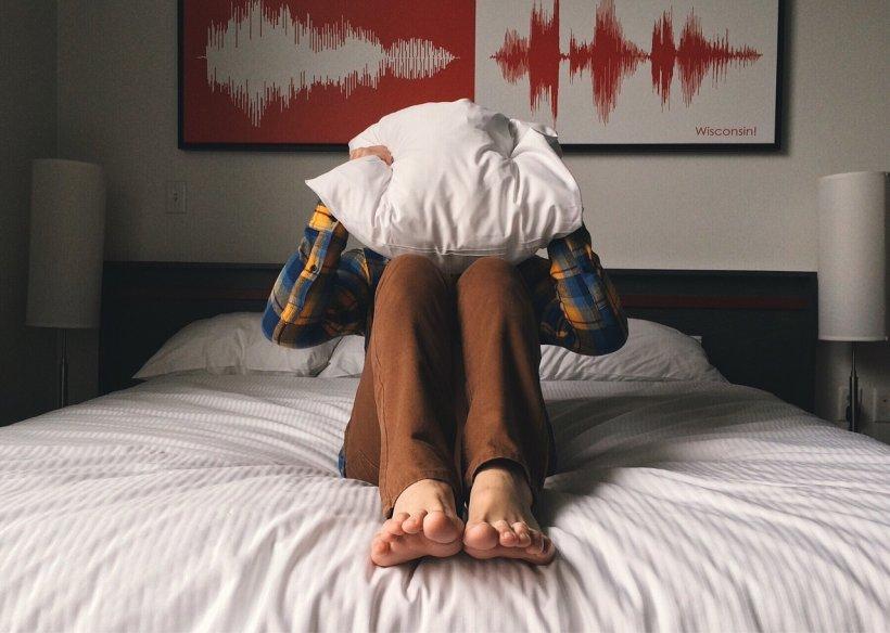 """Supărată că iubitul preferă să doarmă în loc să stea cu ea, o femeie s-a răzbunat pe el. """"S-a trezit femeie"""" (VIDEO)"""