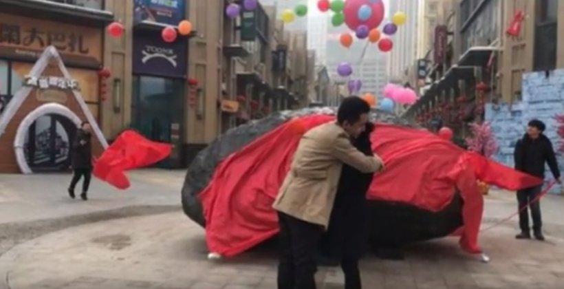 Cadou inedit de logodnă! O tânără a fost surprinsă cu un meteorit de 33 de tone - VIDEO
