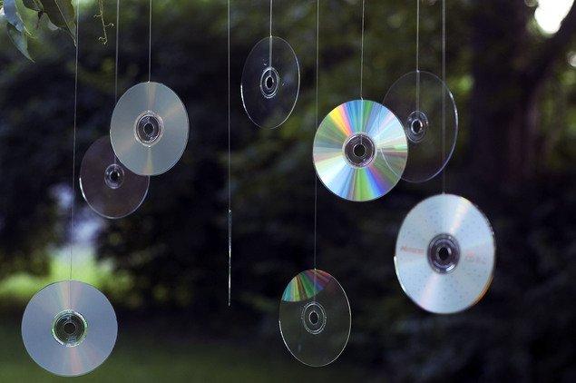 E cel mai tare truc! De ce e bine sa iti agati vara un CD la fereastra?