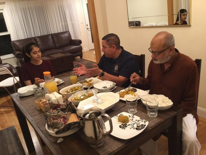 O tânără musulmană a invitat mai mulți creștini la masă, la ea acasă. Incredibil ce s-a întâmplat la scurt timp. Imaginile care au făcut înconjurul lumii - FOTO