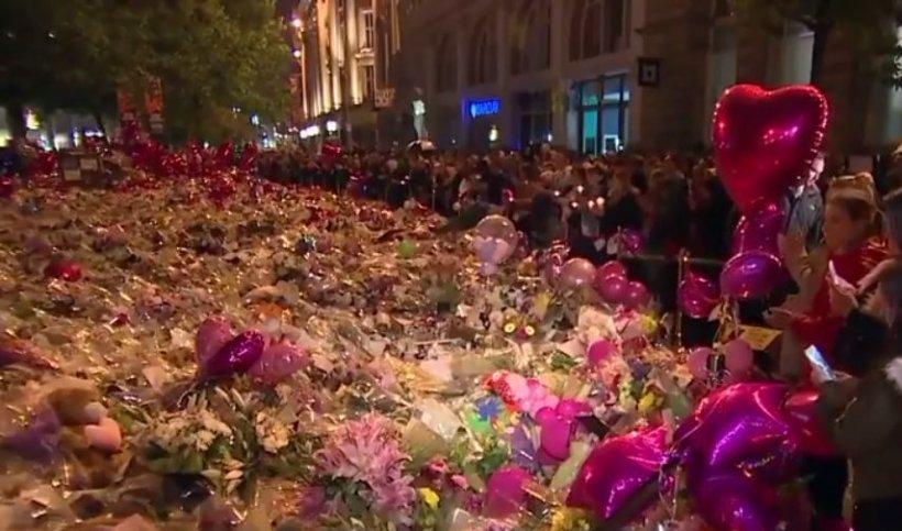 Sute de oameni au adus un omagiu victimelor de la Manchester, la o săptămână după atac  - VIDEO